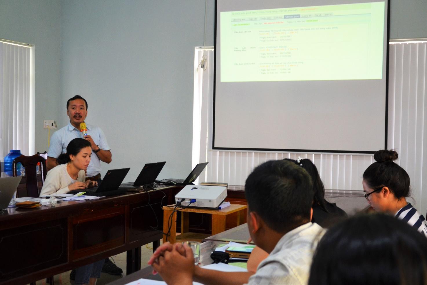 Ông Trịnh Lê Nguyên - Giám đốc PanNature giới thiệu với đoàn PV các nguồn tin xác thực nên tham khảo khi viết tin bài về động vật hoang dã